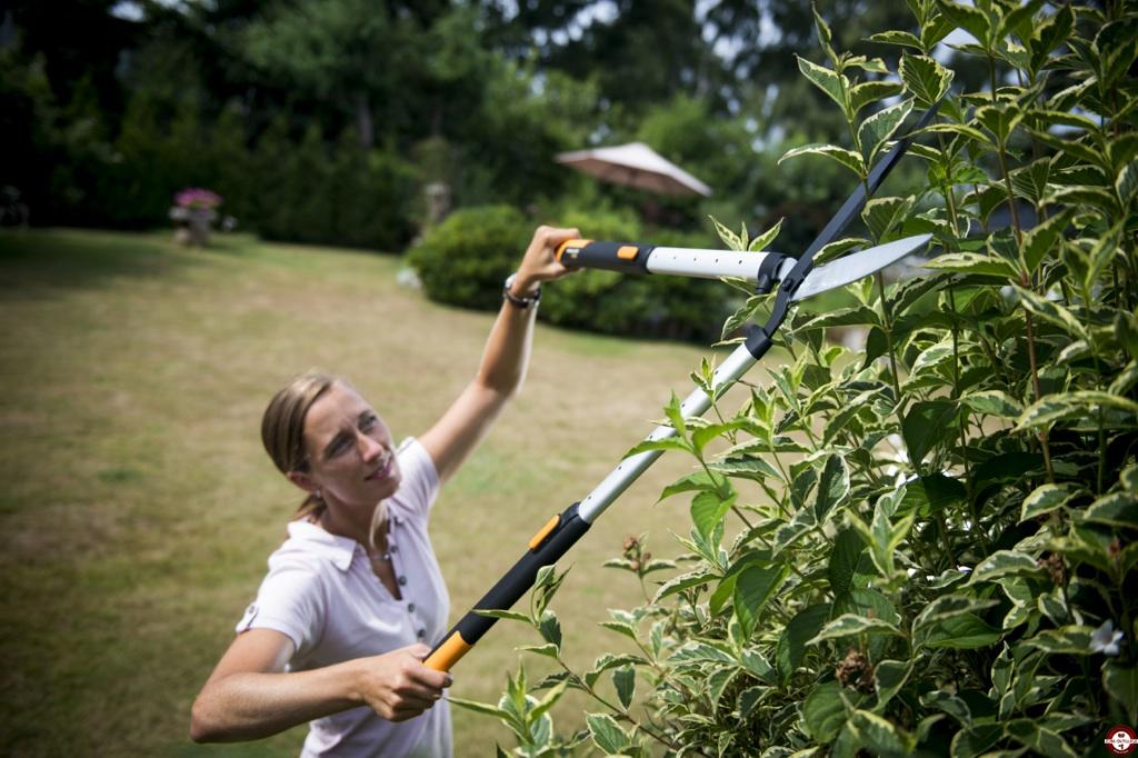 Deux nouveaux outils t lescopiques fiskars qui vont plus haut et plus loin zone outillage - Cisaille pour couper branches ...
