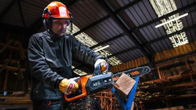 AEG présente sa tronçonneuse pour charpentier sans fil ACS18B30