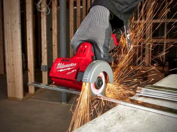 Milwaukee M12 FCOT : la meuleuse sur batterie multi-matériaux aux triples innovations