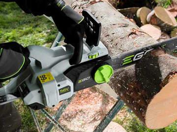 Des coupes simplifiées avec la tronçonneuse sur batterieCS1600E EGO