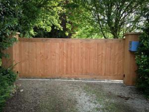 Création d'un portail battant métal coulissant en bois