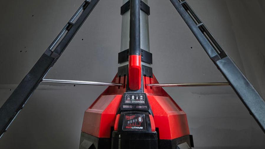 Projecteur de chantier sur trépied sans fil avec chargeur intégré Milwaukee M18 HSAL