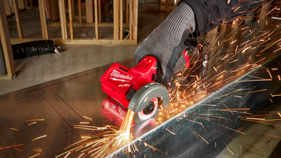 Milwaukee M12 FCOT : la meuleuse sur batterie multi-matériaux aux triples innovations
