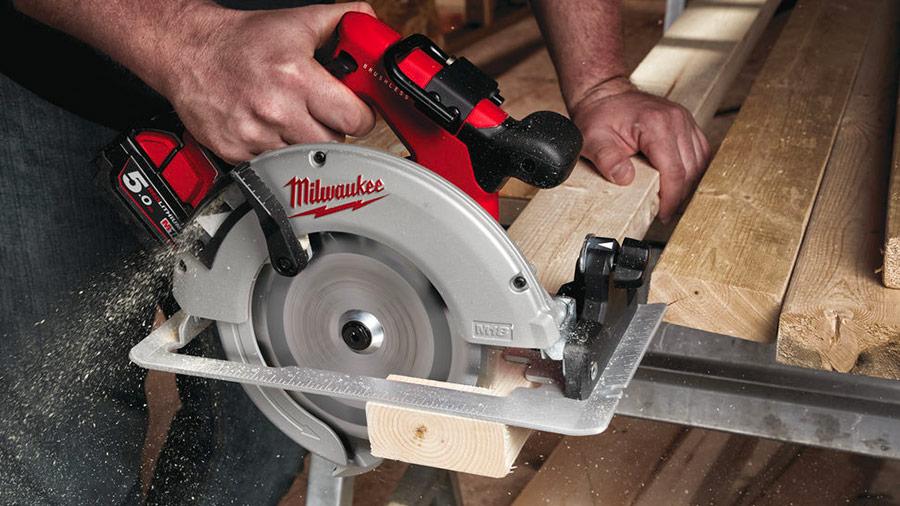 Nouveautés Milwaukee : retrouvez les compétences du filaire avec les scies circulaires sans fil M18 FCS66 et BLBS66