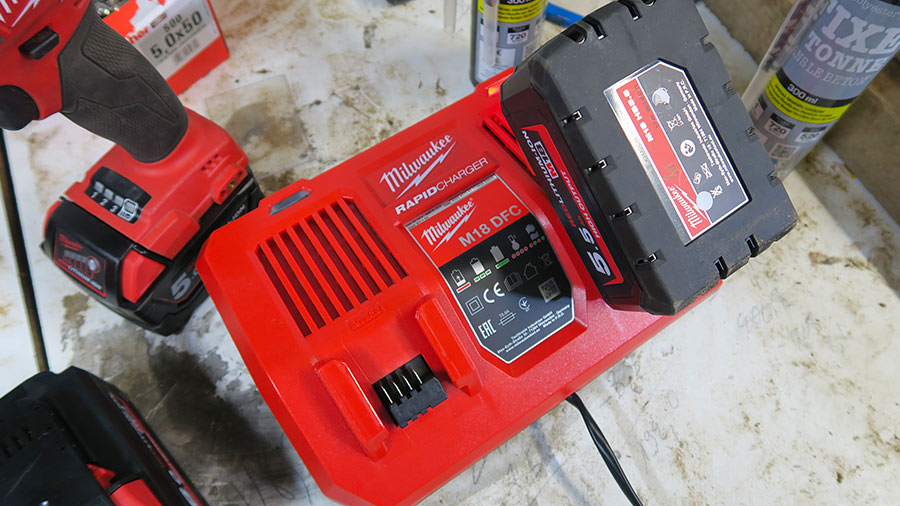 Chargeur rapide Milwaukee M18 DFC