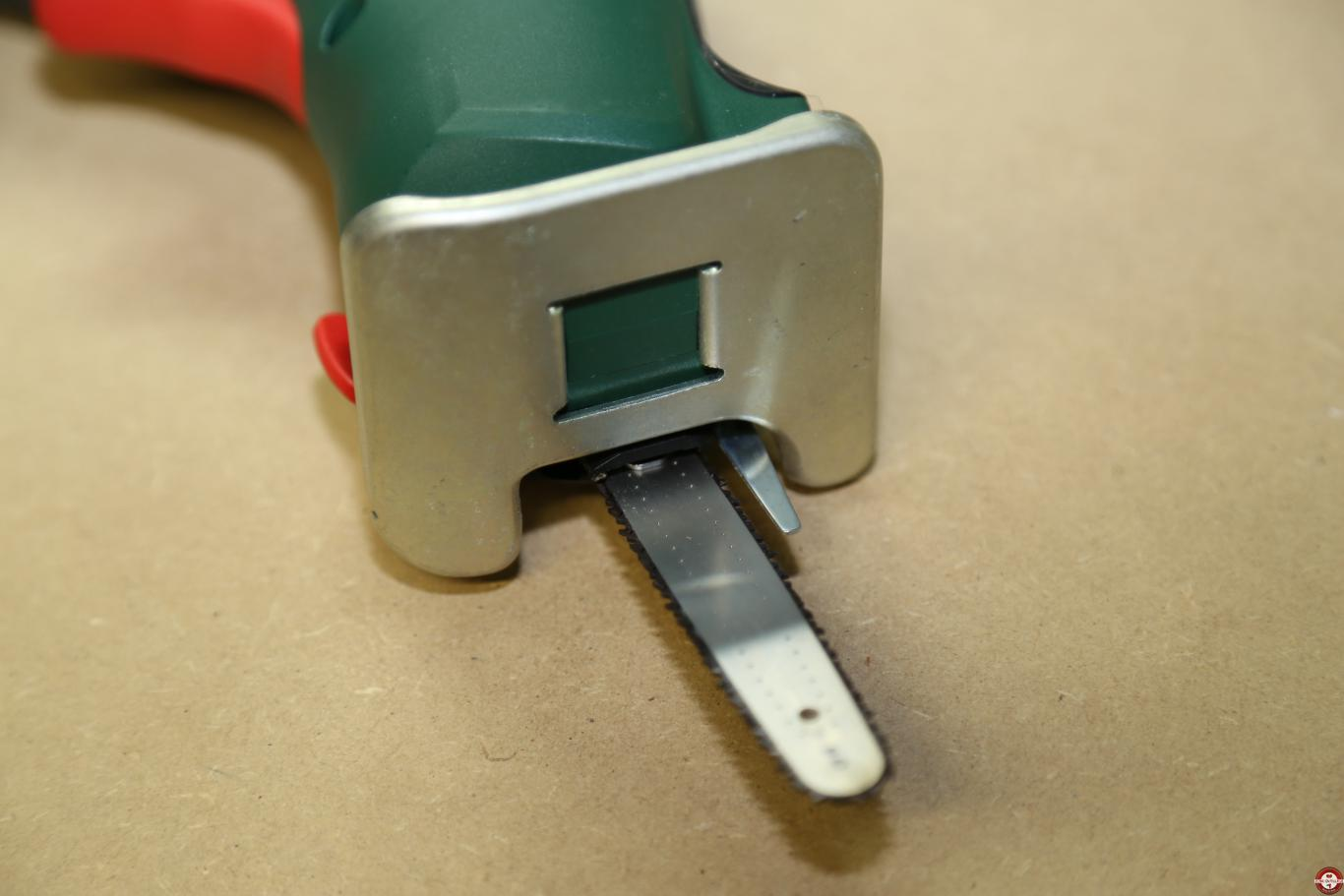 Scie sans fil EasyCut 12 Bosch à lame NanoBlade © Zone Outillage - Benjamin Leharivel