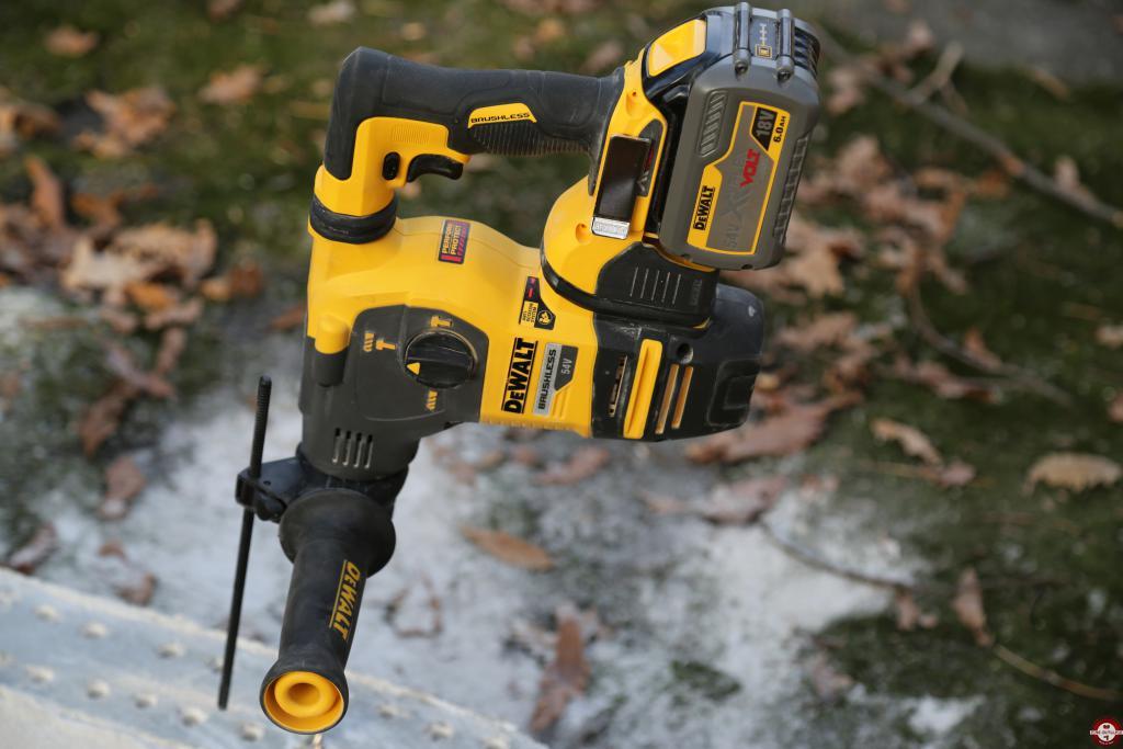 Perforateur burineur SDS-PLUS sur batterie DEWALT XR FLEXVOLT DCH323 © Benjamin Leharivel - Zone Outillage