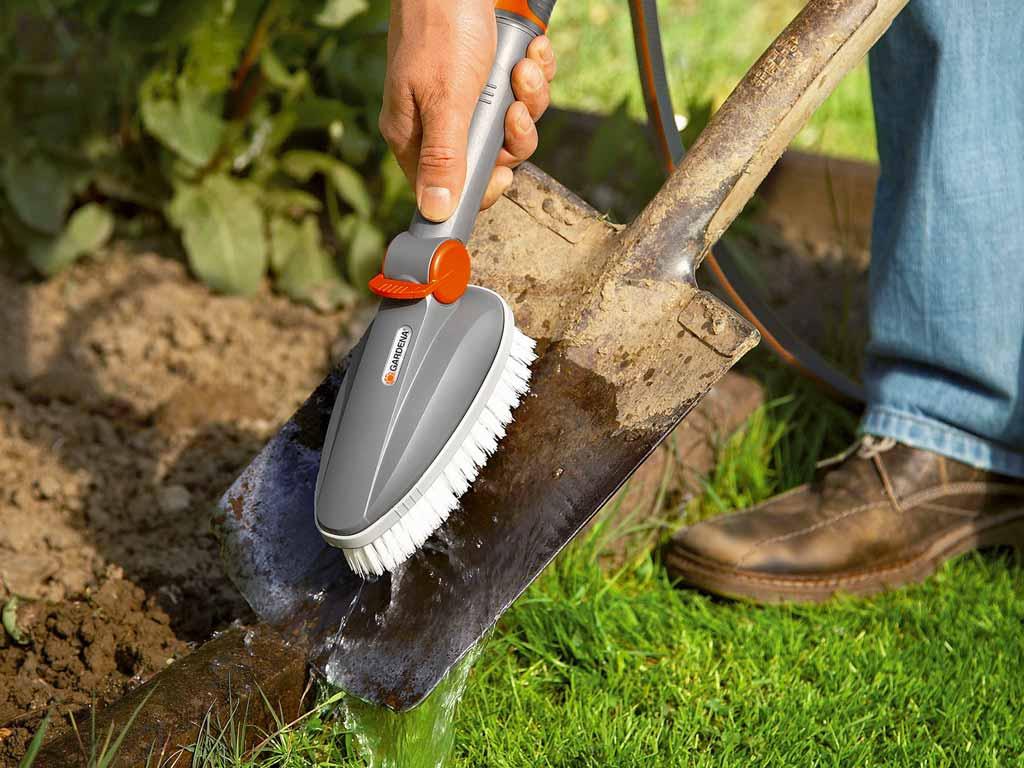 gardena propose une gamme d outils pour le nettoyage des jardins zone outillage. Black Bedroom Furniture Sets. Home Design Ideas